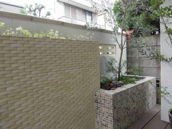 天然石貼りの花壇